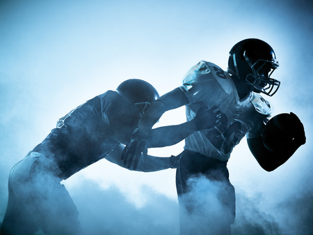 ein American Football-Spieler Portrait in Silhouette Schatten auf weißem Hintergrund