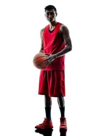 uno: un caucásico jugador de baloncesto hombre aislado en la silueta de fondo blanco