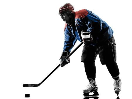 silueta hombre: jugador de hockey sobre hielo de un hombre caucásico en el estudio de la silueta aislado en el fondo blanco