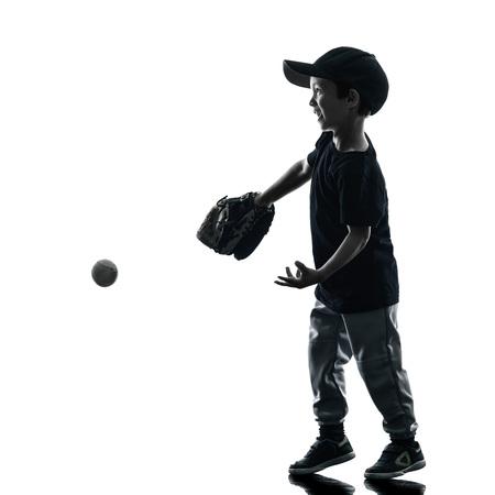 softbol: jugar jugadores de softbol en la silueta del ni�o aislado en fondo blanco Foto de archivo