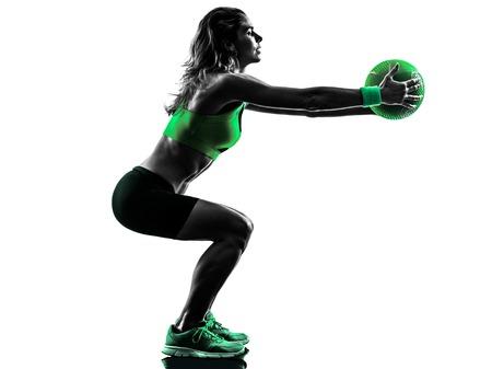 ein kaukasisch Frau Training Medizinball Fitness im Studio Silhouette auf weißem Hintergrund isoliert