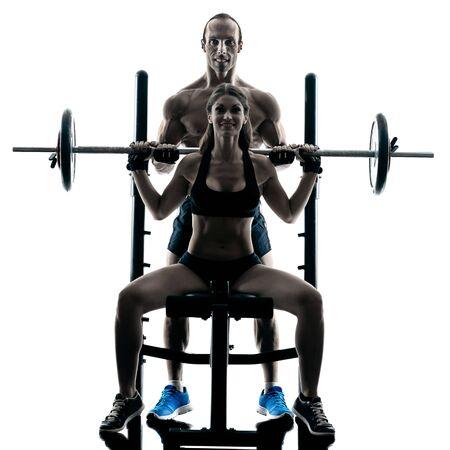 muscle training: ein kaukasisch Paar Ausübung Fitness Muskelaufbautraining im Studio in Silhouette isoliert
