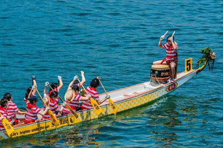 bateau de course: Hong Kong, Chine-Juin 2, 2014: Les gens courir la course de bateaux dragon festival sur la plage de Stanley