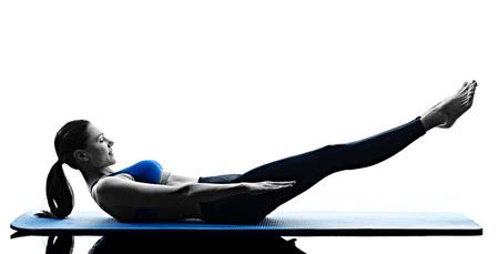 ein kaukasisch Frau, die Ausübung Pilates-Übungen Fitness in der Silhouette auf weißen Hintergrund isoliert