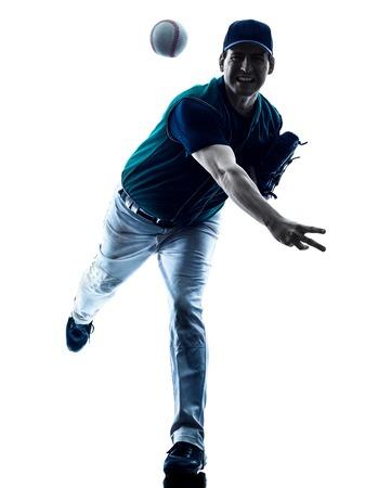 een blanke man honkballer spelen in de studio silhouet op een witte achtergrond