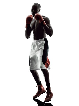 combate: uno boxeadores hombre de boxeo en aislado silueta fondo blanco Foto de archivo