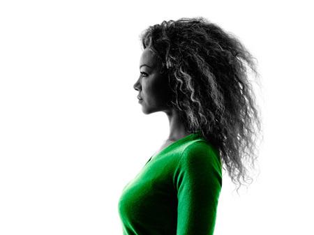 silueta humana: una raza mixta mujer joven del retrato del perfil de la silueta aislado en el fondo blanco