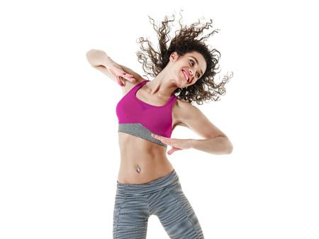een gemengd ras vrouw zumba danser fitness oefeningen op een witte achtergrond Stockfoto