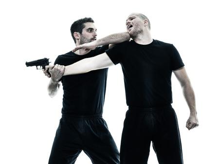 zwei kaukasischen Männer Krav Maga Kämpfer kämpfen isoliert Silhouette auf weißem Hintergrund Standard-Bild