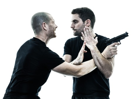 twee blanke mannen krav maga strijders vechten geïsoleerd silhouet op witte achtergrond Stockfoto