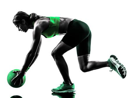 ein kaukasisch Frau Training Medizinball Fitness im Studio Silhouette auf weißem Hintergrund isoliert Standard-Bild