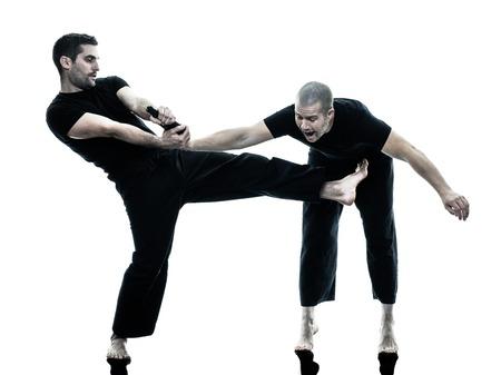 defensa personal: dos caucásicos combatientes maga del krav hombres que luchan silueta aislados sobre fondo blanco