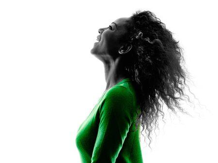iluminado a contraluz: una raza mixta mujer joven del retrato del perfil de la silueta aislado en el fondo blanco