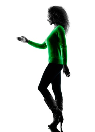 manos estrechadas: una raza mixta mujer joven silueta caminando del apret�n de manos aislado en el fondo blanco Foto de archivo