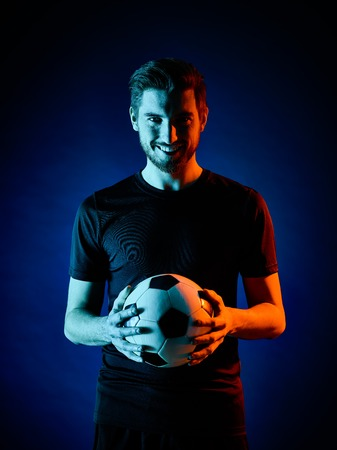 un caucasien Footballeur homme isolé sur backgound noir