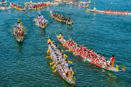 홍콩, 중국 - 2014년 6월 2일 : 사람들은 스탠리 해변에서 드래곤 보트 축제 경주 경주