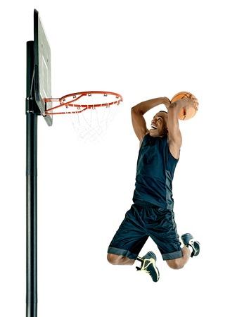 reproductor de hombre de una pelota de baloncesto aislados sobre fondo blanco