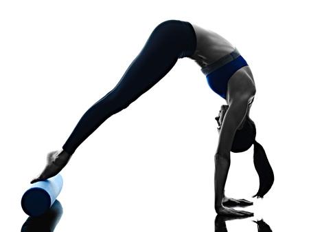 필라테스 롤러를 운동 한 백인 여자는 흰색 backgound에 고립 된 실루엣 피트니스을 행사 스톡 콘텐츠