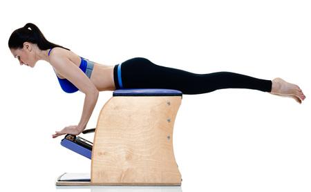 ejercicios de una mujer caucásica de fitness ejercicio de pilates aislados sobre fondo blanco