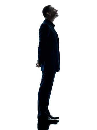 silueta hombre: un hombre de negocios caucásico perfil de pie silueta aislados sobre fondo blanco