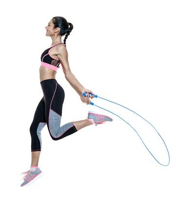 una mixta corrió mujer el ejercicio de ejercicios de fitness aislados en el fondo blanco