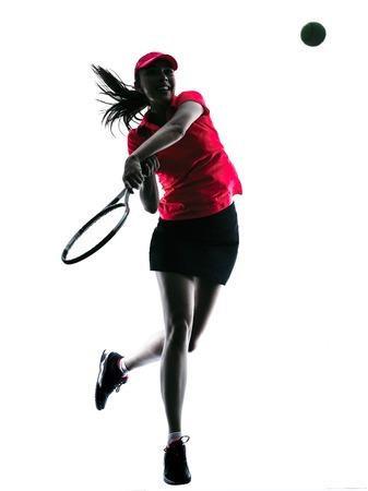 白い背景に分離されたスタジオ シルエットで一人の女性テニス プレーヤーの悲しみ