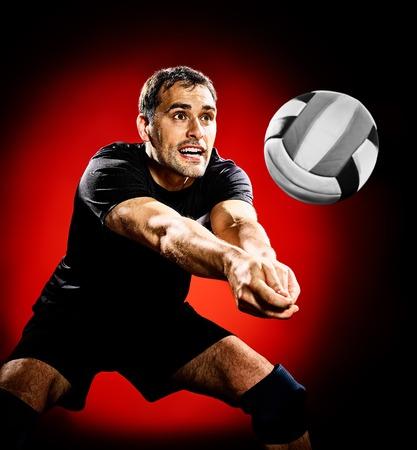pelota de voley: un caucásico de balonvolea reproductor de hombre aislado en el fondo negro colorido