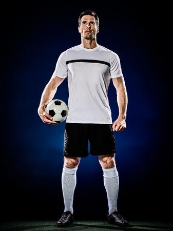 futbolista: un hombre caucásico jugador de fútbol aislado en el fondo negro Foto de archivo