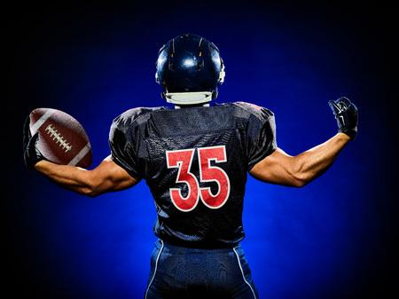 jugador de futbol: un jugador de fútbol americano hombre aislado sobre fondo negro colorido