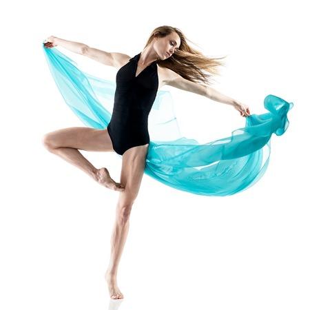 donna che balla: una donna caucasica ballerino ballo in studio isolato su sfondo bianco
