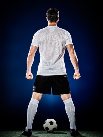 jugadores de futbol: un hombre caucásico jugador de fútbol aislado en el fondo negro Foto de archivo