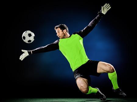 arquero futbol: un hombre caucásico portero de fútbol aislado en el fondo negro Foto de archivo