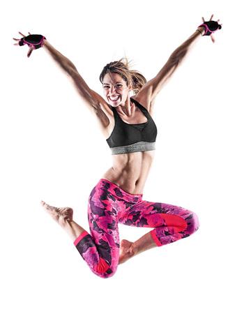 een blanke vrouw te oefenen fitness boksen pilates piloxing oefeningen in de studio op een witte achtergrond