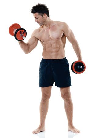 cuerpo hombre: un hombre caucásico que ejercita pesos de la aptitud EXERCICES aislado en el fondo blanco