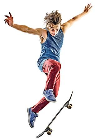 een blanke jonge tiener skateboarder man skateboarden op een witte achtergrond