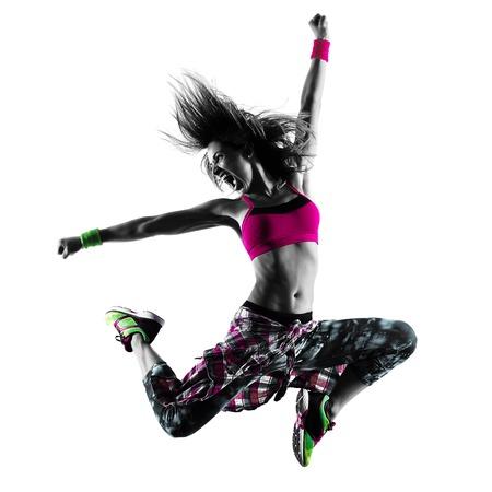 iluminado a contraluz: una mujer caucásica bailando zumba ejercicios de fitness bailarina aislado en la silueta en el fondo blanco