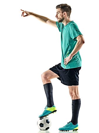 un joueur de football caucasien homme debout avec le football isolé sur fond blanc