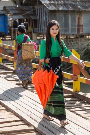 INLE LAKE, MYANMAR - DECEMBER 09, 2016 : woman walking in tradional costume at Inle Lake Shan state in Myanmar Imagens - 78039910