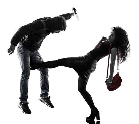 een blanke vrouw slachtoffer van een dief aggressie zelfverdediging geïsoleerd op een witte achtergrond