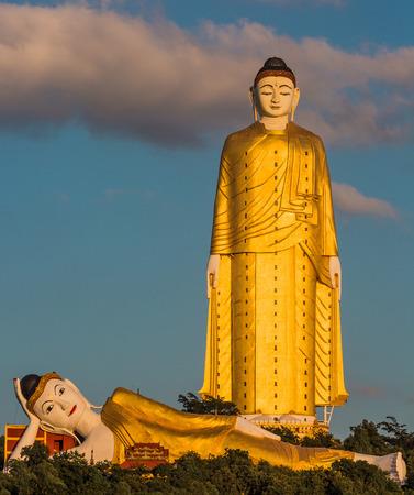 Die Gigantenstatuen von Laykyun Sekkya Buddha stehen in der Nähe von Monywa Myanmar Standard-Bild - 77031779
