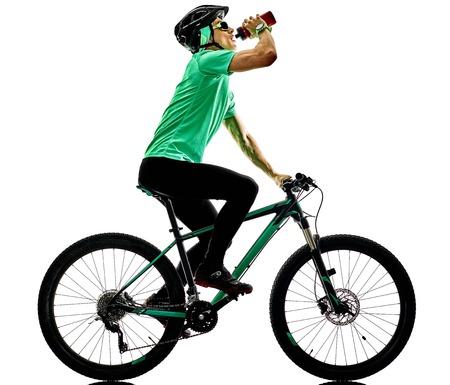 een blanke man beoefenen man mountainbike bking geïsoleerd op een witte achtergrond met schaduwen