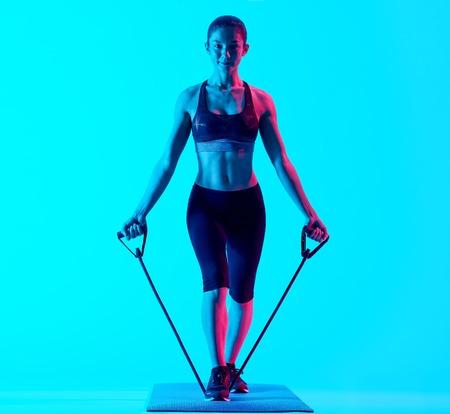 하나의 혼합 된 인종 여자 운동 fitnessing elastics exercices 파란색 blackground에 격리 스톡 콘텐츠