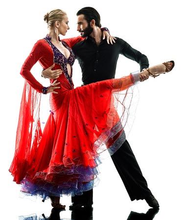 un hombre de raza caucásica y bailarín de pareja de mujer bailarina de salsa de tango bailando en la silueta de estudio aislado sobre fondo blanco Foto de archivo