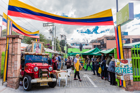 Bogota, Colombia - 6 februari 2017: Mensen winkelen bij Mercado de las Pulgas de Usaquen vrije markt in Bogota hoofdstad van Colombia Zuid-Amerika Redactioneel