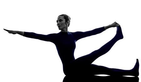 Frau, die Krounchasana-Reiherhaltung Yoga-Schattenbildschatten-Weißhintergrund ausübt Standard-Bild - 86515953