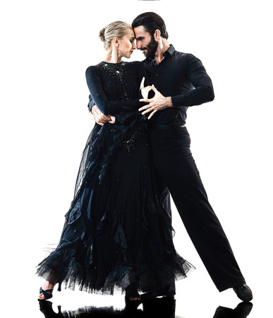 un hombre de raza caucásica y bailarín de pareja de mujer bailarina de salsa de tango bailando en la silueta de estudio aislado sobre fondo blanco