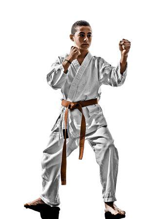 흰 배경에 고립 된 하나의 가라데 카타 훈련 청소년 아이