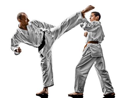 두 가라데 남자 선생님과 싸우는 십 대 학생 전투기에 격리 된 흰색 배경