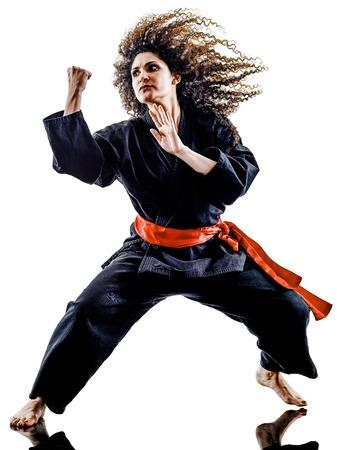 武術カンフー Pencak Silat 白い背景で隔離のスタジオでの練習 1 つの白人女性