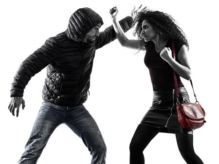 Vítima de mulher caucasiana de uma auto-defesa de agressão ladrão isolada no fundo branco